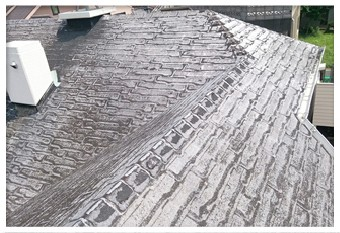 表面の石粒が取り除かれたアスファルトシングル