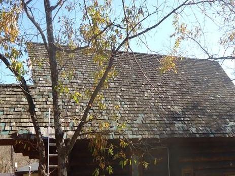 屋根材の劣化が激しい別荘