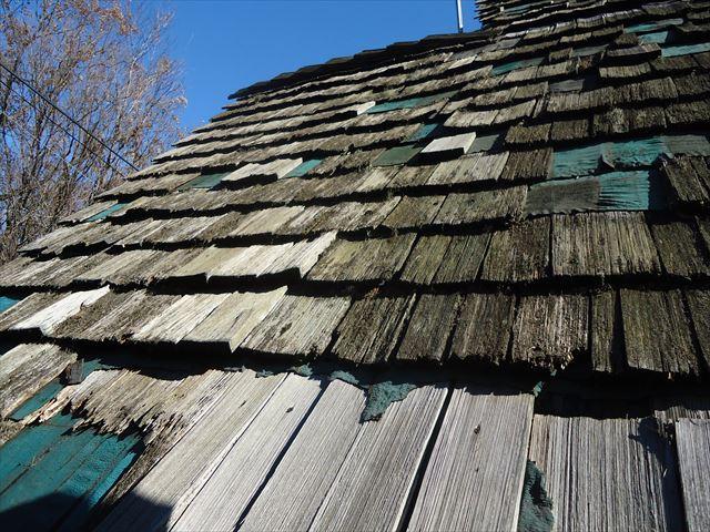 木の屋根材がボロボロです。