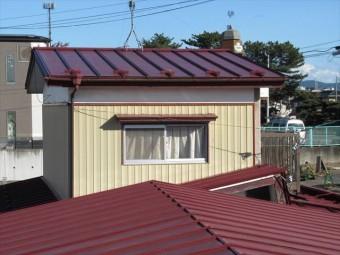 調査を行う瓦棒葺き屋根