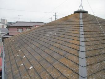 汚れのひどいコロニアル屋根