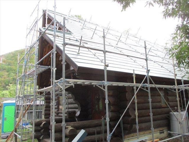 宮城県川崎町│木の屋根材からガルバリウム鋼板屋根への葺き替え工事④本棟(棟板金)・破風・雨押え施工