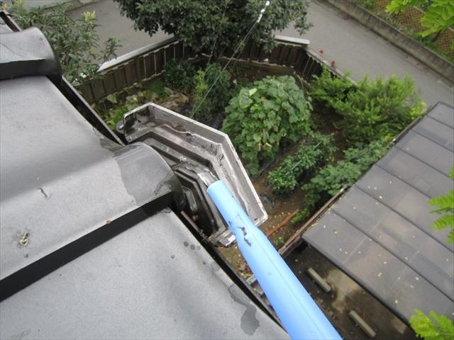 竪樋の排水を確認