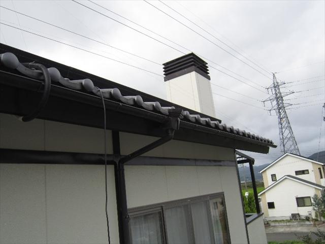 女川町│雑草が生えてしまうほど土が溜まってしまった雨樋の掃除