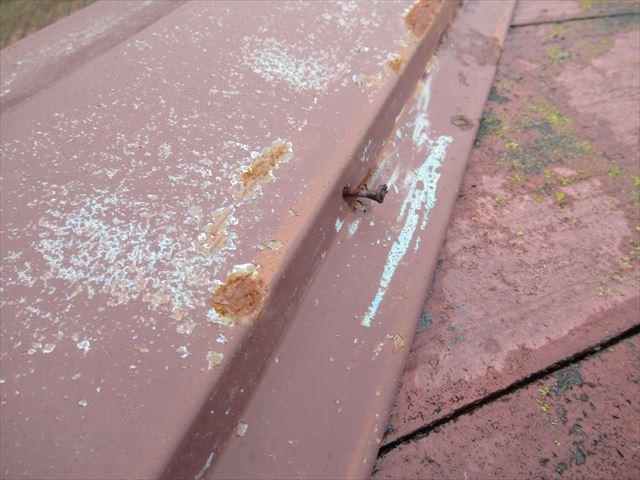 釘の浮いた棟板金
