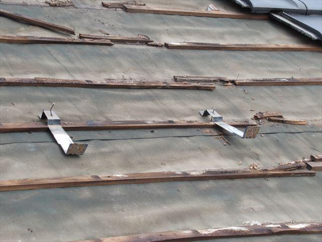 腐った瓦桟と外れかけた雪止金具