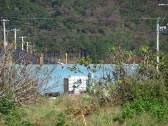 トタン屋根が飛ばされた倉庫