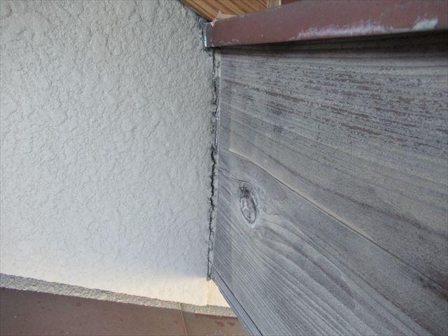 木部と外壁部コーキング劣化亀裂