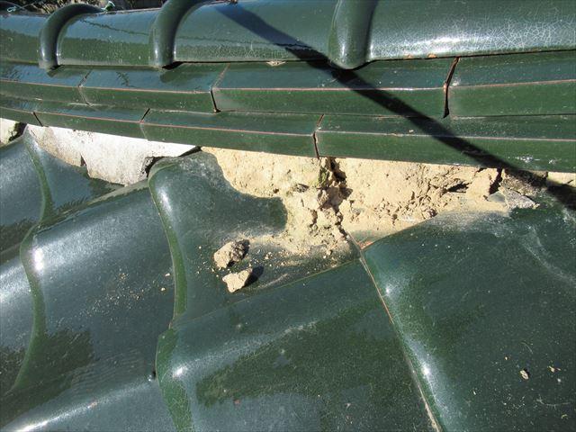 棟面戸剥がれて粘土土が出る