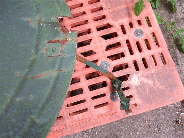 錆びて腐食した傘の固定具