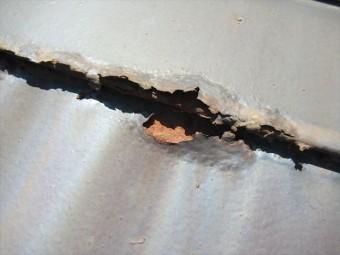 屋根材がサビて穴