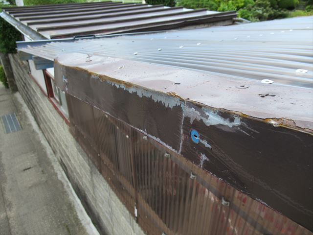 トラック接触でケラバ損傷