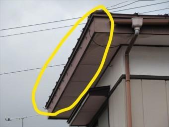 軒樋が飛ばされた屋根
