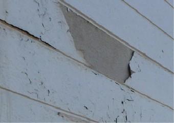 塗膜の大きく剥がれた外壁
